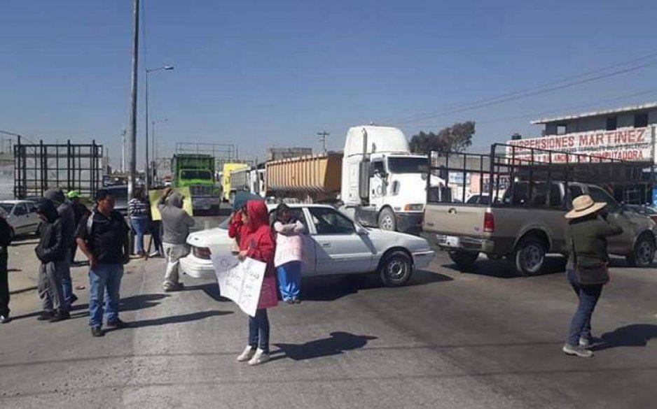 Pobladores de Amozoc cierran la federal a Tehuacán, acusan inseguridad e irregularidades en el proceso electoral