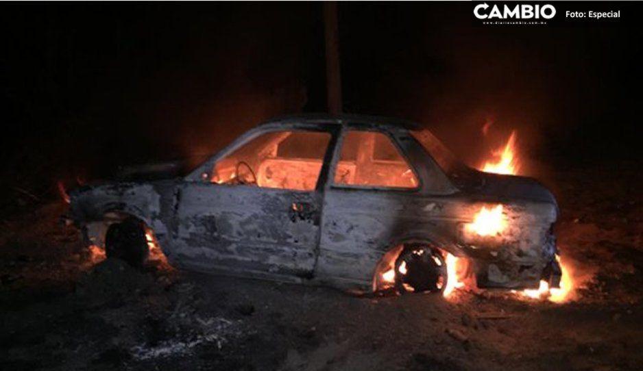 Incendian y abandonan automóvil en terreno baldío de Tecamachalco