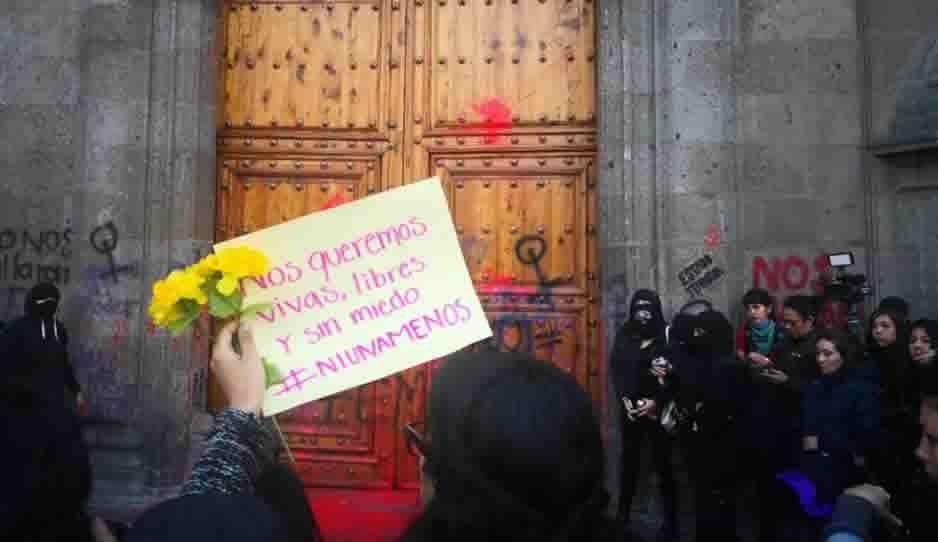 Mujeres vandalizan Palacio Nacional por feminicio de Ingrid Escamilla