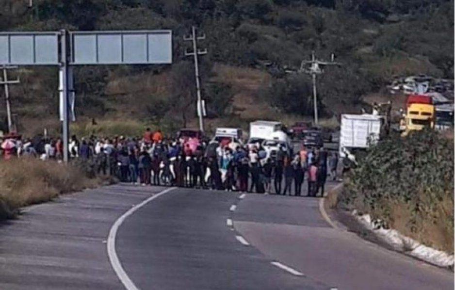Ejidatarios de Oriental bloquean carretera se quejan de abusos de CFE y el paso de ductos de gas