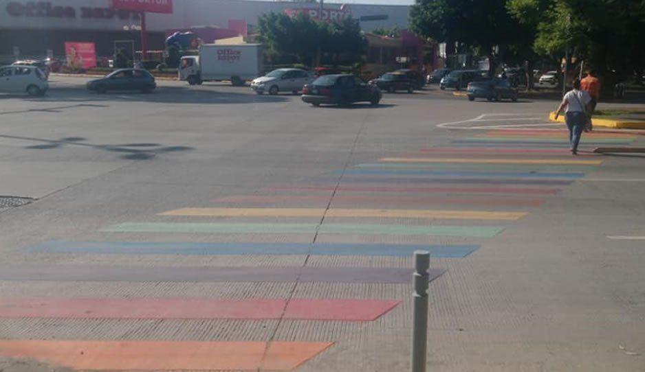 Se pintan de colores los cruces peatonales en Puebla previo a la marcha LGBT
