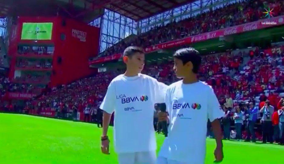 ¡El oso de la jornada! Niños olvidan el balón para empezar el Toluca vs América (VIDEO)