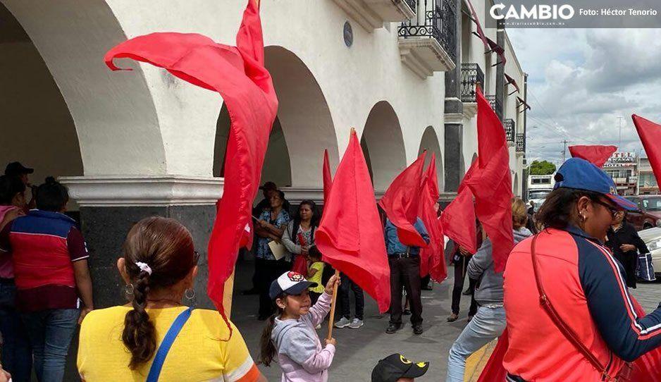 Se manifiestan en la presidencia de Huejotzingo para exigir obra pública en sus colonias