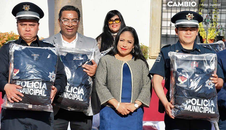 Lupita Daniel entrega uniformes a policías municipales de Cuautlancingo