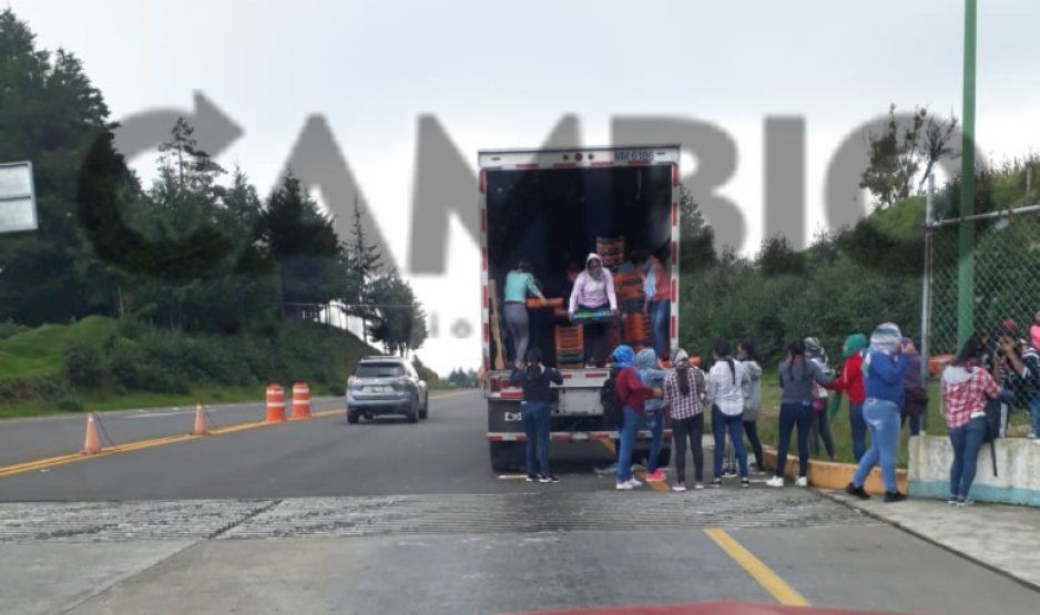 Normalistas de Teteles saquean tráiler de Bimbo pasando la caseta de Atempan