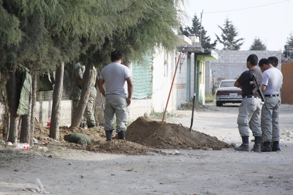 Personal de Pemex sella toma clandestina al interior de túnel en Texmelucan