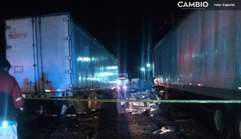 En su Mustang dos hombres murieron al impactarse contra un tráiler en la federal a Huejotzingo