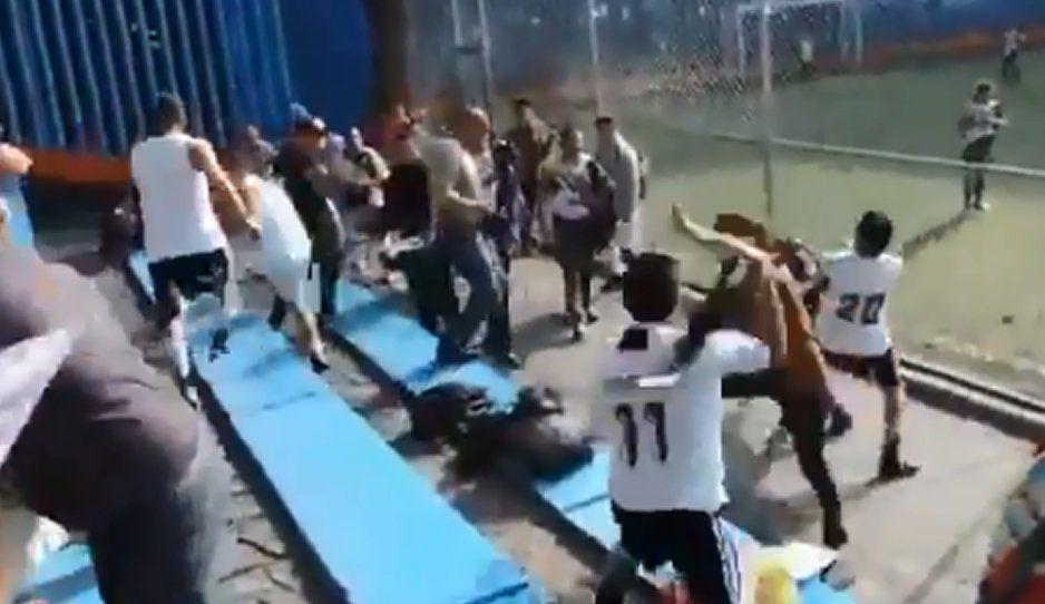 VIDEO: Se arma la batalla campal en pleno partido de futbol