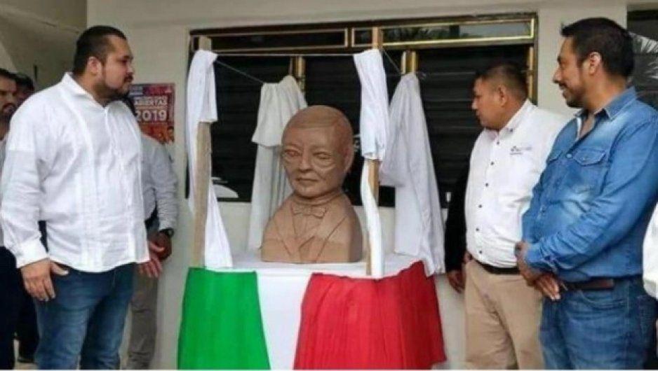 Autor del polémico busto de Juárez alien ahora prepara uno de AMLO