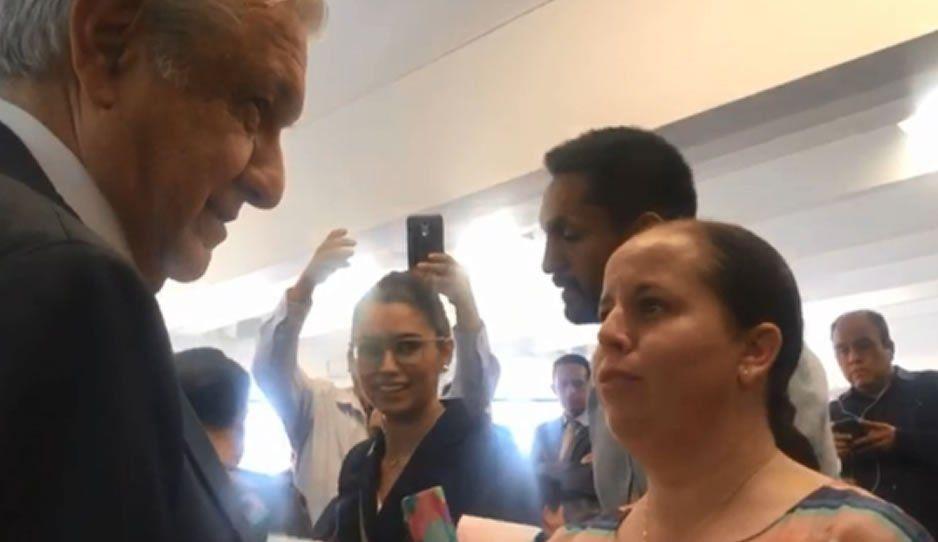 Maestras poblanas le reclaman a AMLO por quitar becas del Conacyt (VIDEO)
