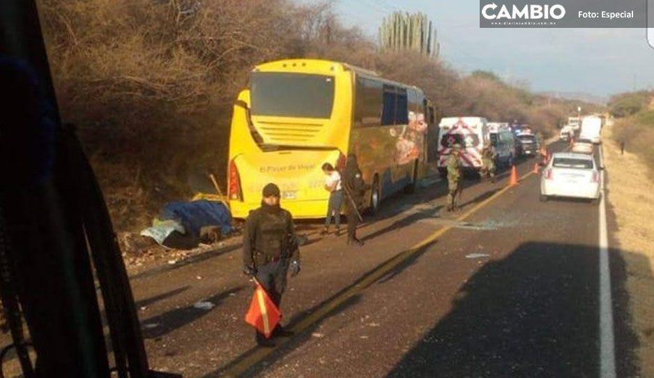 Deja 8 muertos choque de autobús en la federal Acatlán - Huajuapan; iban alumnos del Tecnológico de Acatlán (VIDEO)