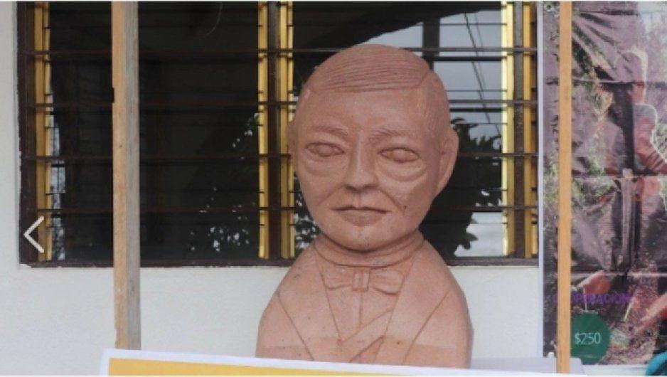 Por mil 500 pesos, artesano principiante hizo busto de Benito Juárez alien