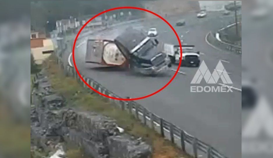 VIDEO: Tráiler se vuelca y causa aparatoso accidente