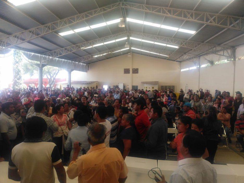 Grupo armado interrumpe asamblea  de Morena en Ajalpan y la cancelan