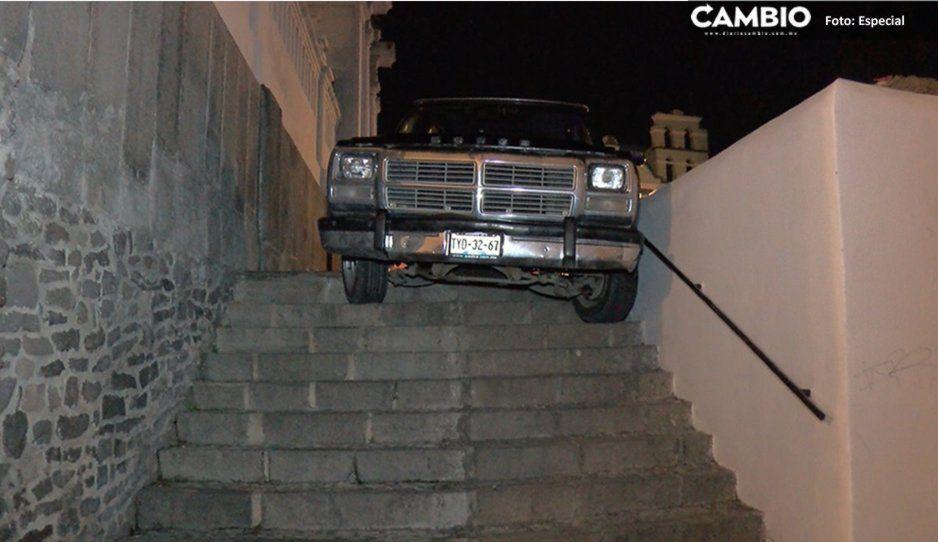 Camioneta queda varada en escaleras de la iglesia Santa Cruz por seguir indicaciones del GPS