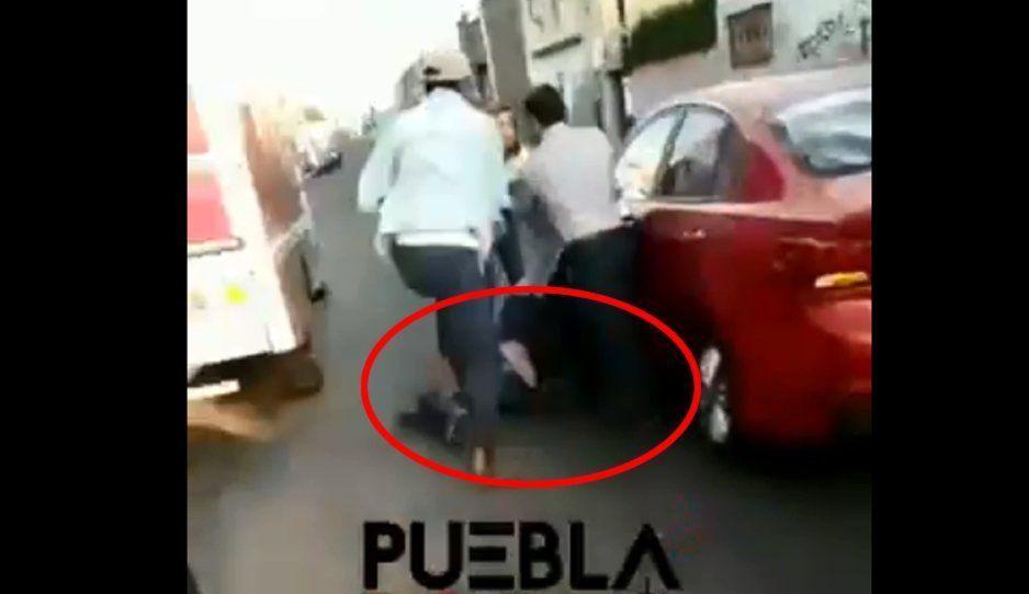 Otra de taxistas violentos: golpean a conductor sobre la 14 sur tras darle un cerrón (VIDEO)