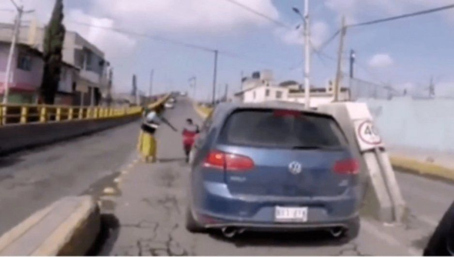 Conductor se da a la fuga tras atropellar a niño (FUERTE VIDEO)