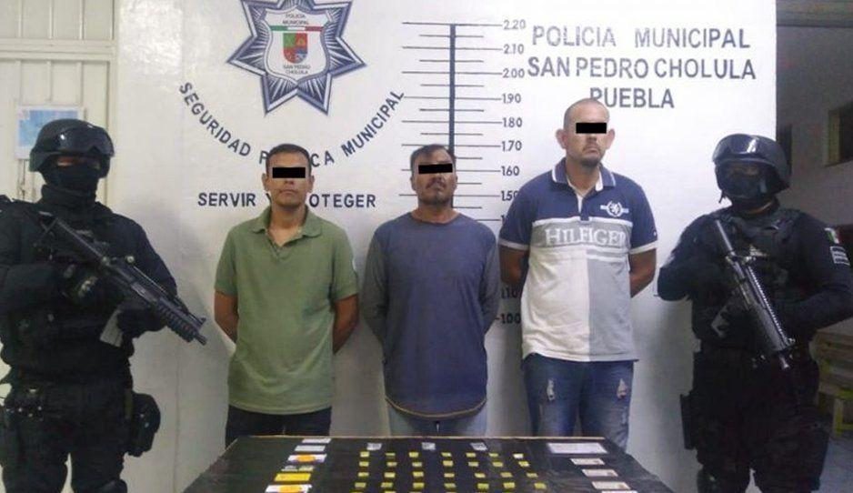 Policía municipal detiene a tres hombres con drogas y autos robados en Cholula