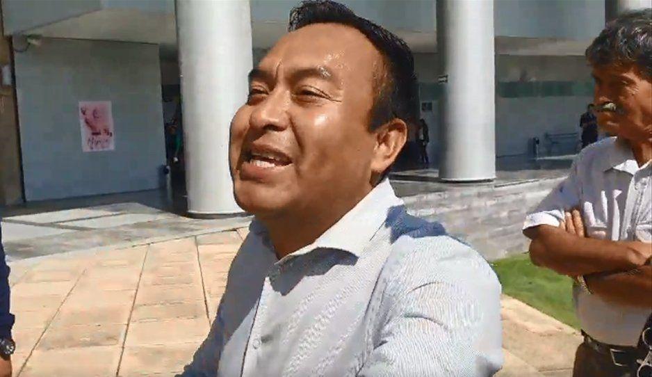 Depravado acosa a abogada y la graba bajo el vestido afuera del Poder Judicial (VIDEO)