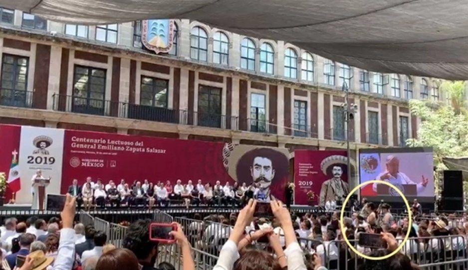 Estudiantes interrumpen a AMLO durante acto luctuoso de Zapata (VIDEO)