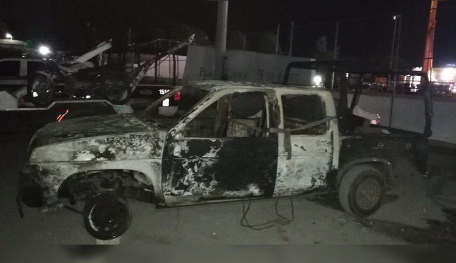 Policías de Texmelucan rescatan a tres sujetos de ser linchados, turba quema camioneta