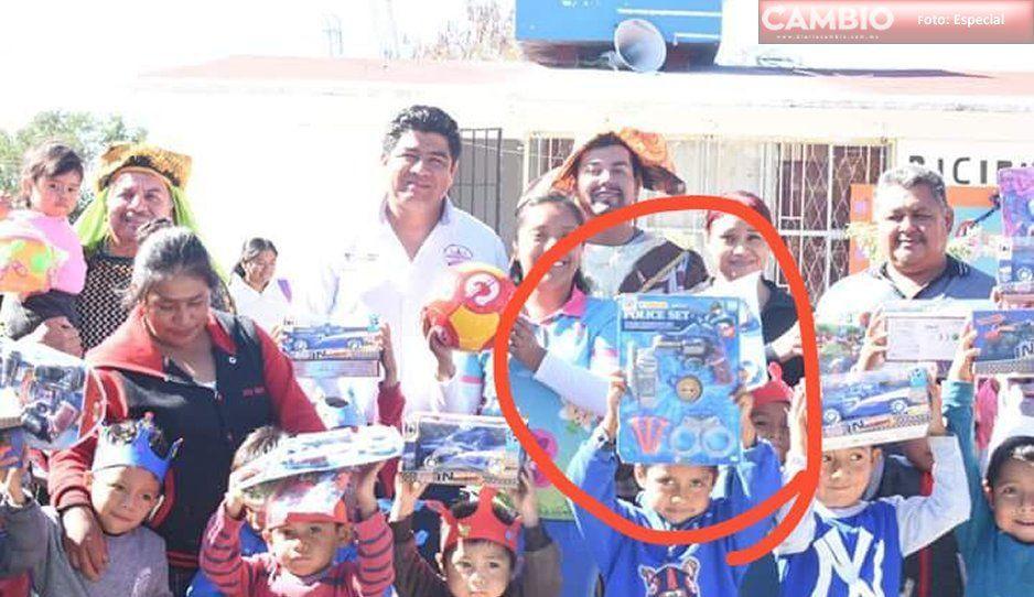 ¡Está viendo y no ve! Edil de Huaquechula regala juguetes bélicos