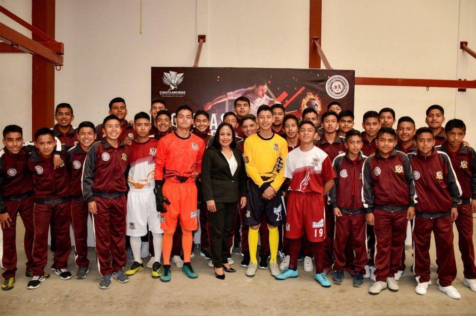 Ayuntamiento de Cuautlancingo entrega uniformes a jugadores de la 4ta División, Águilas Reales de Cuautlancingo