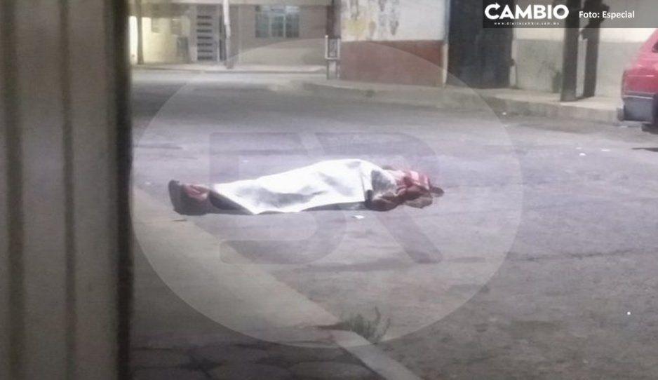 Abandonan cadáver encobijado en pleno centro de Texmelucan
