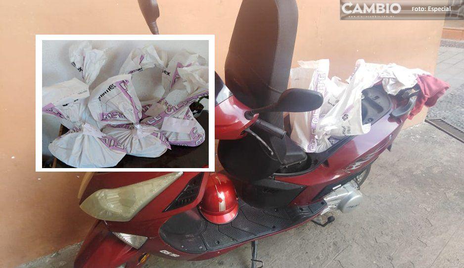 ¡No lo salva ni Cristo! Lo cachan metiendo bolsas de limosna a su motoneta en la Parroquia de Santo Entierro de Huachinango