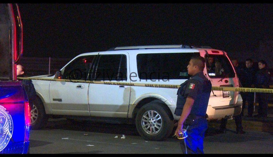 Fuerte movilización para detener a una camioneta con vidrios rotos y hombres golpeados abordo