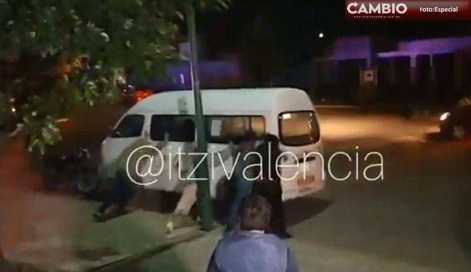 Ante el alza del pasaje, vecinos de casas Ara en Huejotzingo se convierten en vándalos