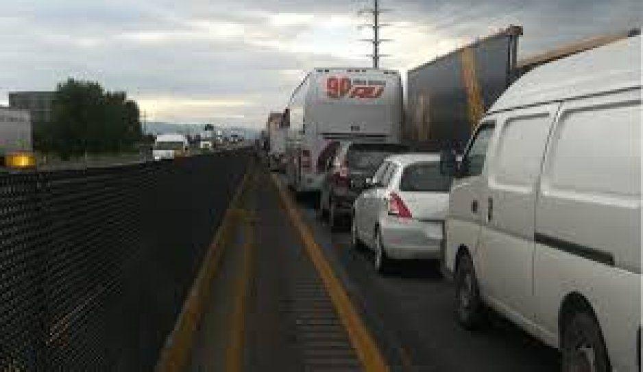 El transporte de piezas de un avión por la autopista México-Puebla genera tráfico