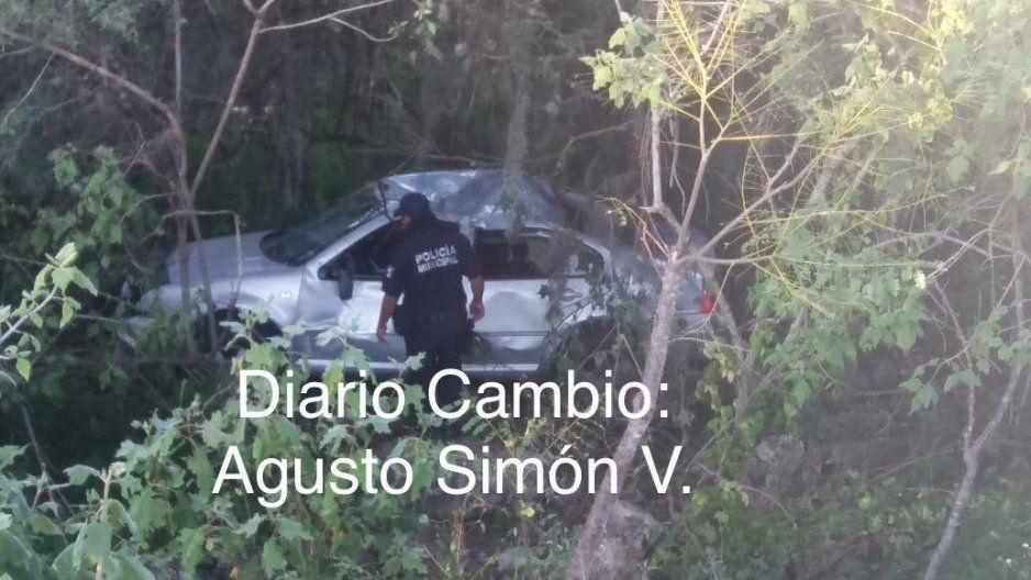 """Ebrio con automóvil cae a barranco en el """"Puente de Dios"""" en Molcaxac y se salva"""
