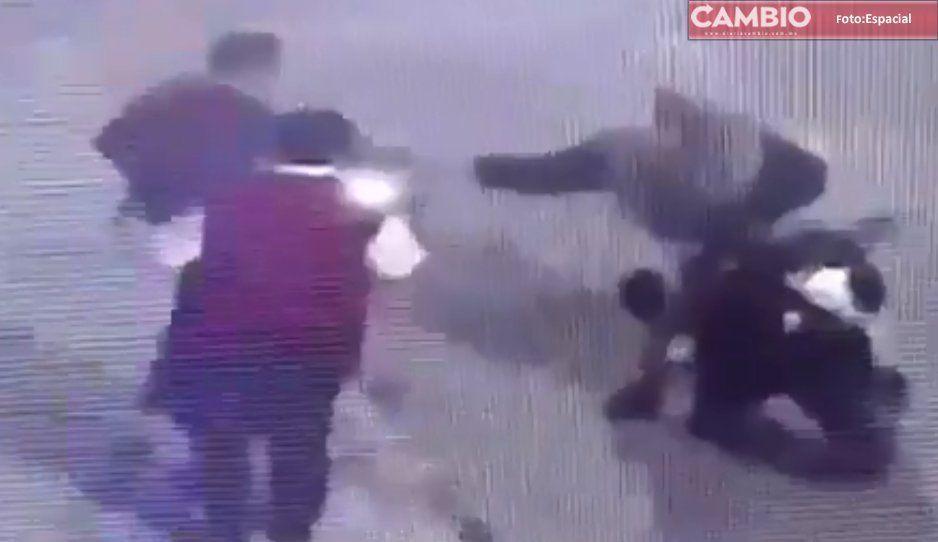 VIDEO: Motociclista asalta a dos jóvenes en Texmelucan, en calle Cuauhtémoc