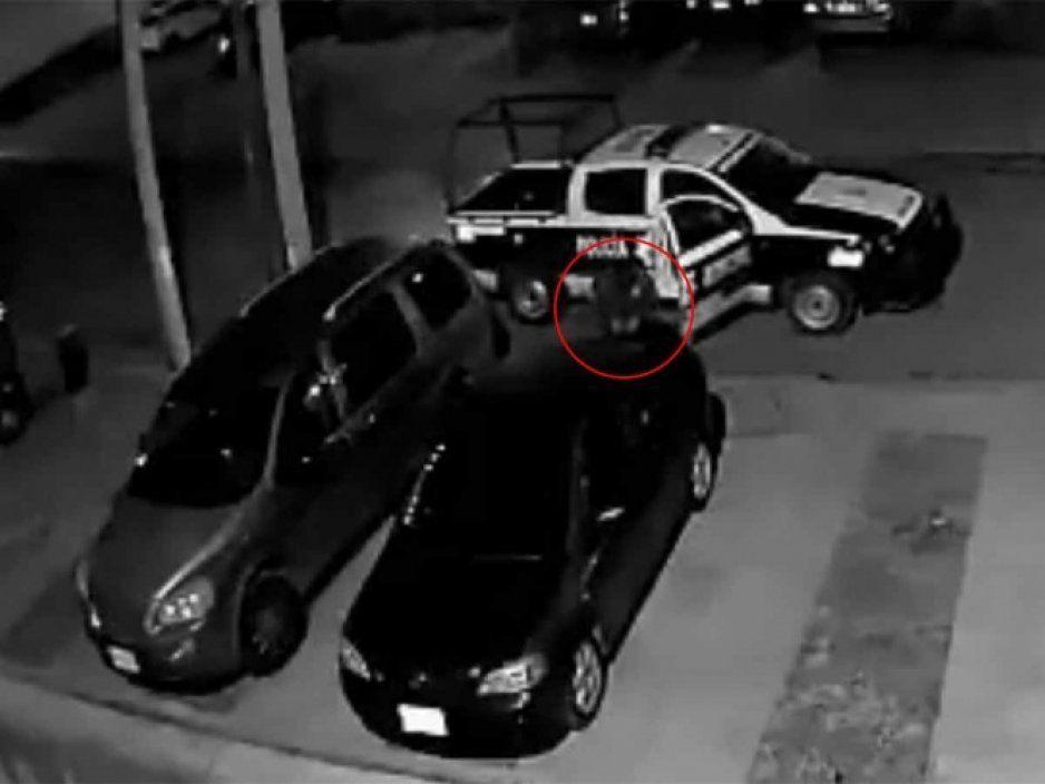 Exhiben a poliratas robando autopartes en estacionamiento (VIDEO)