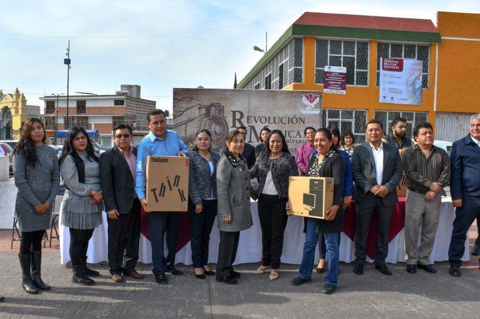 Entrega Lupita Daniel equipo de cómputo para escuelas de Cuautlancingo