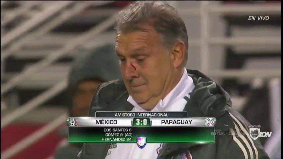Berizzo se desquita de los goles de México con balonazo al Tata Martino (VIDEO)
