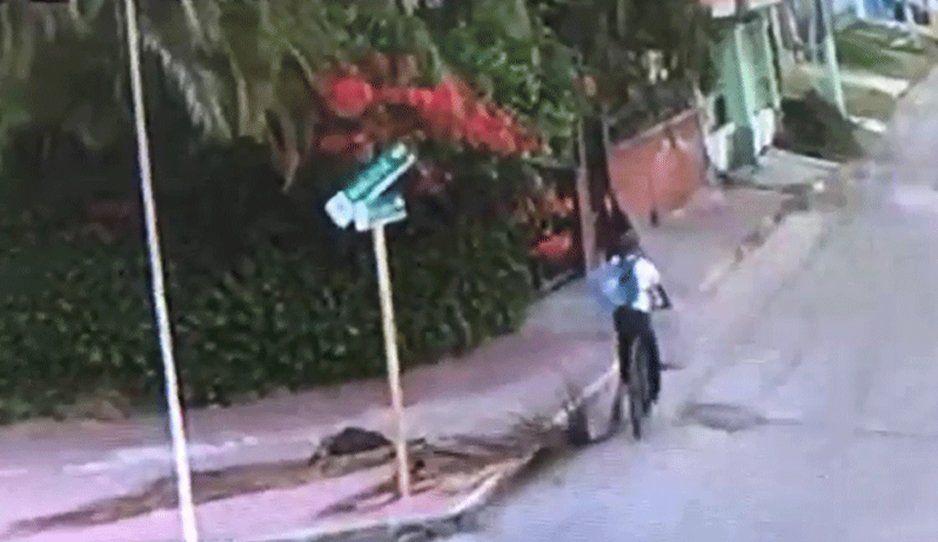 VIDEO: Depravado en bicicleta da nalgada a jovencita de secundaria en Chetumal