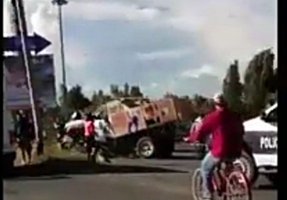 Camioneta repartidora de gas termina impactada en señalamiento vial en Huejotzingo