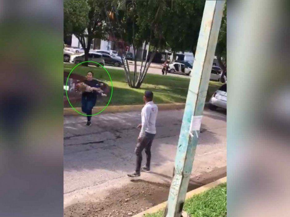 Ayúdame con la niña: mujer entra en pánico en medio del fuego cruzado en Culiacán (VIDEO)