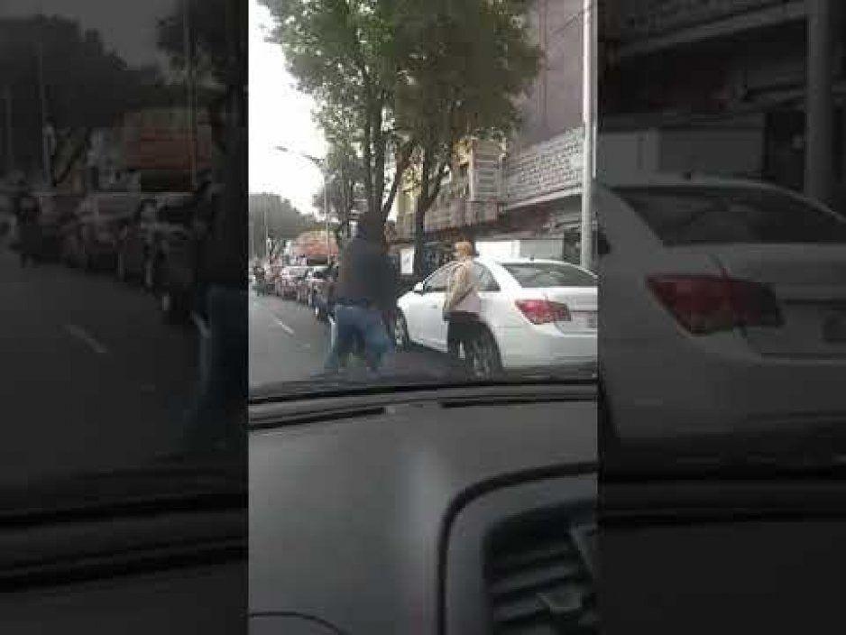 Dejó pasar a un automovilista en la fila y lo agarran a golpes (VIDEO)
