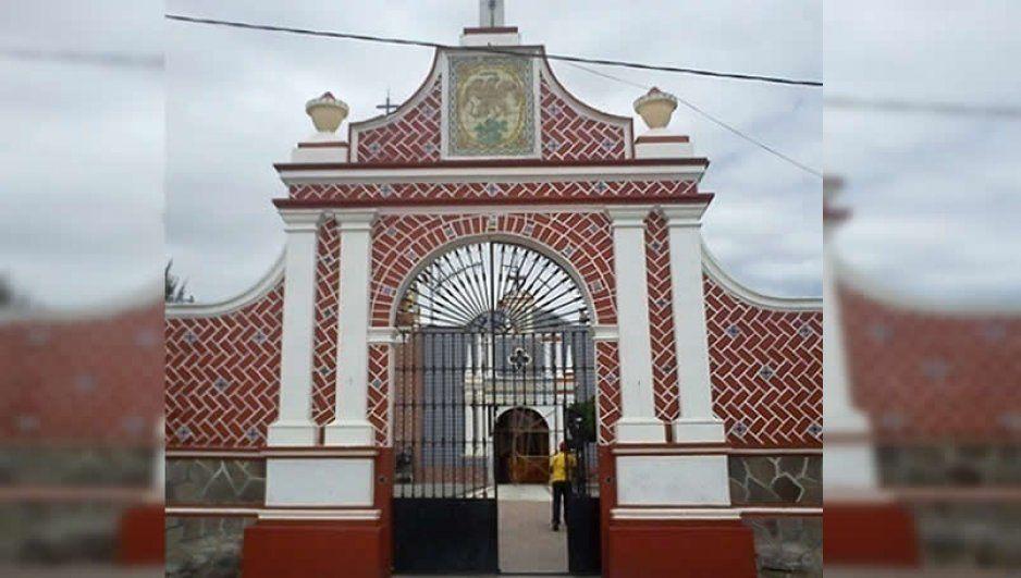 Oaxaqueño queda colgado en barandal de parroquia en Moyitzingo