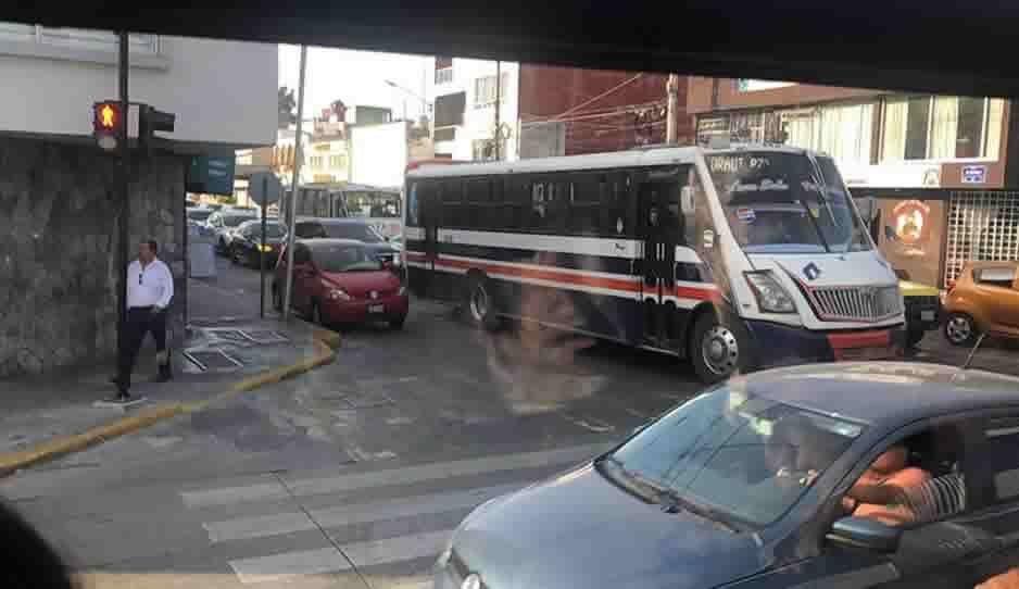 Caos vial en el 5 de Mayo manifestantes de 28 de Octubre cierran la vialidad y generan alteraciones en línea 3 de RUTA