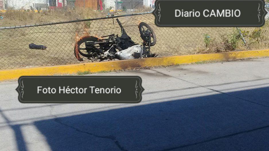 Queman motocicleta de ladrones en Texmelucan
