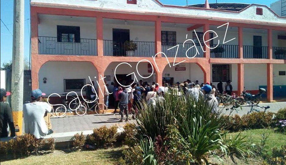 Pobladores toman la presidencia auxiliar de La Magdalena Tetela, en Tepeaca