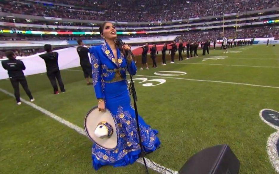 Así se equivocó Ana Bárbara en el himno nacional durante el MNF (VIDEO)