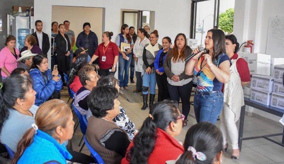 Norma Layón entrega apoyos de programas sociales
