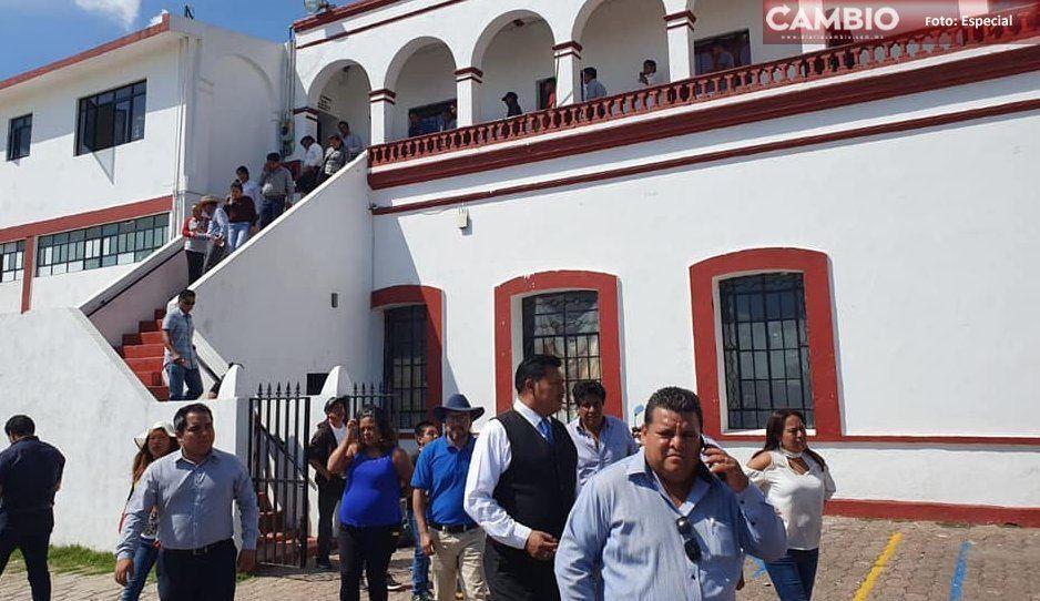 Con grupo de golpeadores, alcalde de Juan C. Bonilla recuperó el control del palacio municipal