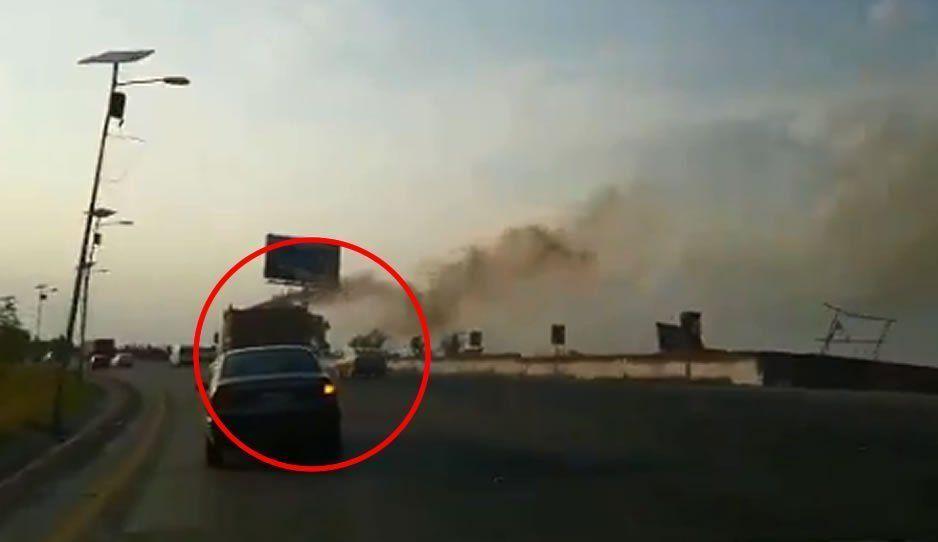 VIDEO: A pocos días de la Contingencia Ambiental, camión de carga circula por Periférico dejando intensa nube de humo