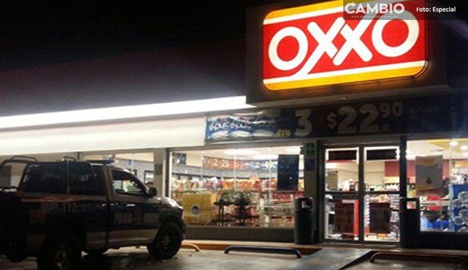 Roban Oxxo y se llevan la caja de seguridad a marrazos en Huauchinango